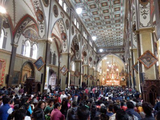 Überfüllter Gottesdienst in der Basilika von Baños