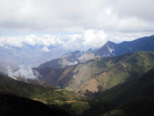 Ein grandioses Andenpanorama entfaltet sich unter den Wolken