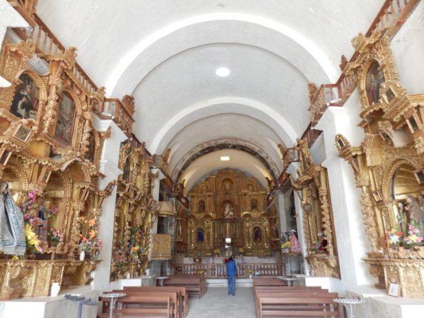 Schön geschmückte Dorfkirche in Maca