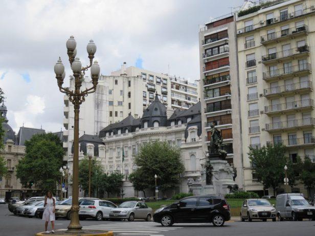 Moderne Wohnblöcke neben Botschaftsresidenzen